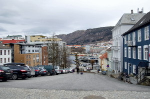 Holbergsallmenningen, kalles også Østre Holbergsallmenningen. Den strekker seg fra Klosteret til C. Sundts gate. Fotograf: Ingfrid Bækken, Bergen Byarkiv.