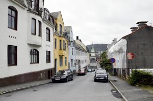 Danckert Krohns gate er oppkalt etter kjøpmann og hoffagent Danckert Danckertsen Krohn (1726–95). Fotograf: Knut Skeie Aksdal, Bergen Byarkiv, 2013.