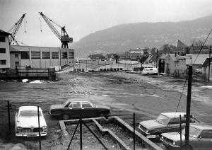 Dongen i Solheimsviken var den siste åpne søppelfyllingen i sentrale Bergen. Da dette bilde ble tatt på 1970-tallet var søppeldumpingen på Dongen forlenget avviklet. Fotograf: Ukjent. Arkivet etter Morgenavisen A/S, Bergen Byarkiv.