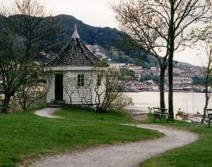 Elsesro, et tidligere lyststed i Sandviken. Her ligger nå Gamle Bergen Museum.  I det åttekantede «kinesiske» lysthuset skrev Edvard Grieg musikken til Bjørnstjerne Bjørnsons påtenkte operalibretto «Olav Tryggvason» og deler av Ibsens «Peer Gynt.» Foto: Norvall Skreien.