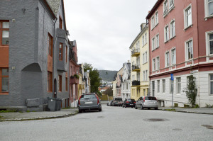 Erik Pontoppidans gate ble oppkalt etter Erik Pontoppidan d.y. (1698-1764) i 1897. Fotograf: Knut Skeie Aksdal, Bergen Byarkiv, 2013.