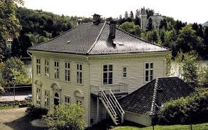 Fjøsanger hovedgård fra 1810, som i dag fremstår som en av de best bevarte bygninger fra denne tiden. Første etasje brukes til utstillinger av samtidskunst – Galleri Langegaarden – mens toppetasjen leies ut som selskapslokaler. I bakgrunnen Gamlehaugen. Fotograf: Norvall Skreien.