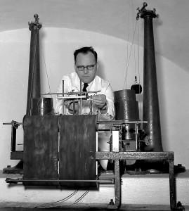 Norvall Skreien. Geofysisk institutt. Markvard Sellevold betjener Norges første seismograf som var i bruk ved jordskjelvstasjonen i Bergen til 1959. Fotograf: Norvall Skreien.
