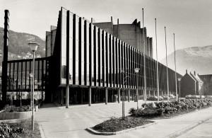 Grieghallen, Edvard Griegs Plass, sto ferdig i 1978. Den danske arkitekten Knud Munk tegnet bygningen. Fotograf: Ukjent. Arkivet etter Morgenavisen A/S, Bergen. Byarkiv