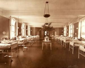 Pasienter ved det nybygde Haukeland Sykehus, som sto ferdig i 1912. Fotograf: Nielsens Eft. Hareide, Bergen