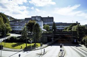 Sentralblokken ved Haukeland Universitetssykehus sett fra nord. Fotograf: Knut Skeie Aksdal, Bergen Byarkiv, 2013.