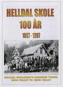 Hefte fra Helldal skoles 100 års jubileum i 1997. Forsidebilde viser elever og lærere foran den gamle skolen fra 1897. Arkivet etter Helldal skole, Bergen Byarkiv.