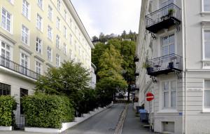 Jernbanebakken mot Zander Kaaes gate. Til venstre Hotel Grand Terminus.Fotograf: Knut Skeie Aksdal, Bergen Byarkiv, 2013.