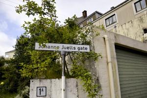 Johanne Juells gate er oppkalt etter den bergensfødte skuespilleren Johanne Regine Juell (1847–82).  Fotograf: Knut Skeie Aksdal, Bergen Byarkiv, 2013.