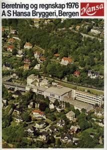 Beretning og regnskap for året 1976. Forsidebildet viser Hansa Bryggeri og omgivelsene i Kalfarveien på midten av 1970-tallet. Arkivet etter Hansa Bryggerier, Lokalhistorisk Arkiv i Bergen.