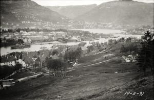 Puddefjorden sett fra Gyldenpris i 1931. Utsikt mot Solheimsviken og Store Lungegårdsvann. Fotograf: Ukjent Arkivet etter Havneingeniøren, Bergen Byarkiv.