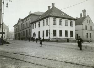 Bergens tvangsarbeidsanstalt lå i det store mørke murbygget til venstre, tidligere Allehelgens gate 3. Fotografi fra omkring 1900. Fotograf: Ukjent. Arkivet etter Formannskapet, Bergen Byarkiv.