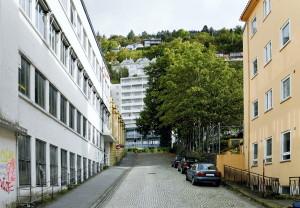 Lungegårdsbakken sett fra Zander Kaaes gate. Fotograf: Knut Skeie Aksdal, Bergen Byarkiv, 2013.