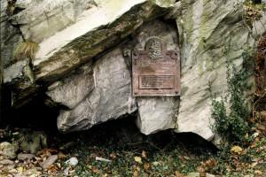 Mareminehullet på nordsiden av Rotthaugen som ble berømt etter at Ludvig Holberg gjorde det til utgangspunkt for Niels Klims underjordiske reise. Fotograf: Norvall Skreien.