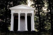 Mon Plaisir, det tempelformede lysthuset nord for Mulelven. Det hørte en gang til Christinegård. Fredet i 1927, og tilhører nå Bergen kommune. Fotograf: Norvall Skreien.