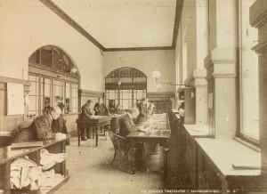 """""""""""Fra Bergen postkontor-bankoavdelingen""""<br />Foto datert 1894.<br />Fotograf: O. Svanøe.<br />Arkivet etter Sundt &amp; Co, Bergen Byarkiv."""