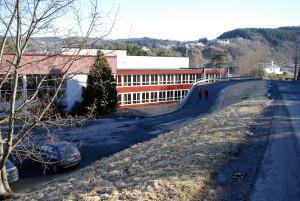 Rå skole ble oppført i 1961. Arkitekt Øyvin Lien. Fotograf: Rolf Hordnes. Seksjon informasjon, Bergen kommune.