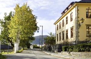 Seiersbjerget mot Kalfarveien, i sør. Til høyre  Kongelig Dansk konsulat i Bergen. Fotograf: Knut Skeie Aksdal, Bergen Byarkiv, 2013.