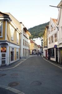 I middelalderen var Skostredet en av byens mest sentrale gater. Navnet kommer av alle skomakerere som holdt til i strøket.<br />Fotograf: Knut Skeie Aksdal, Bergen Byarkiv, 2013.