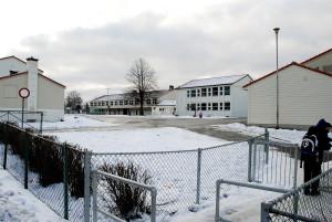 Slettebakken skole sto ferdig i 1957. Den ble tegnet av arkitekt Eystein Michalsen. Fotograf: Rolf Hordnes. Seksjon informasjon, Bergen kommune.