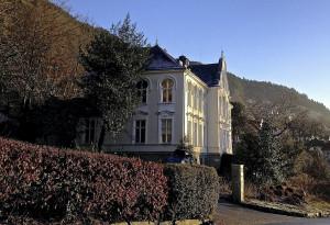 Den tidligere hovedbygningen ved Sudmannske Barnehjem, Sudmanns vei 5. Barnehjemmet ble nedlagt i 1947. Fotograf: Kjerstin Kragseth, Bergen Byarkiv, 2013.