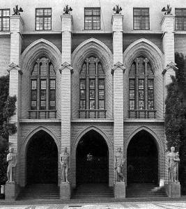 Tinghusets inngangsparti mot Tårnplass voktes av fire granittstatuer. De skal fremstille kardinaldydene: Klokskap, Rettferdighet, Måtehold og Styrke. Fotograf: Norvall Skreien.