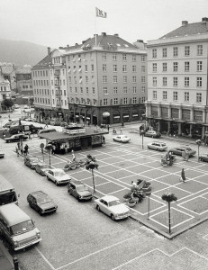 Torgallmenningen på 1970-tallet, før begrensninger av biltrafikk ble gjennomført. Fotograf: Ukjent. Arkivet etter Morgenavisen, Bergen Byarkiv.