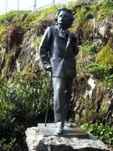 En kopi av Ingebrigt Viks Griegstatue i Byparken ble i 1985 plassert på Troldhaugen. Fotograf: Ukjent. Bergen Byarkiv, 2009.