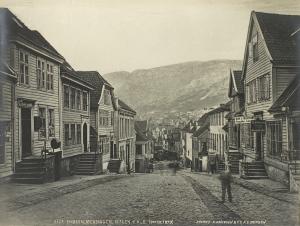 Smørsallmenningen omkring 1879. Fotograf: Knud Knudsen<br />Arkivet etter Formannskapet, Bergen Byarkiv.