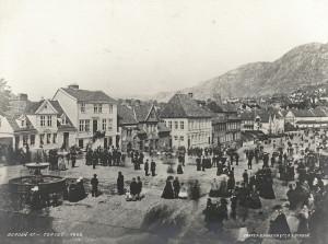 "Torgallmenningen i 1865, med fontenen ""Vandkunsten"" til venstre. Fotograf: Knud Knudsen. Arkivet etter Formannskapet, Bergen Byarkiv."