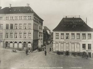 """Strandgaten med """"Strandhjørnet"""" omkring 1888. Bergen Telefonkompagnie A/S, som ble etablert i 1881, hadde kontorer i bygningen til høyre. Fotograf: Knud Knudsen, Arkivet etter Formannskapet, Bergen Byarkiv."""