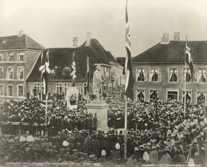 Avdukingen av Christiestøtten på Torgallmenningen 17 mai 1868. Fotograf: Knud Knudsen. Arkivet etter Formannskapet, Bergen Byarkiv.