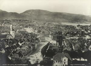 Vetrlidsallmenningen sett fra Skansen. Fotografert omkring 1870. Fotograf: Knud Knudsen. Arkivet etter Formannskapet, Bergen Byarkiv.