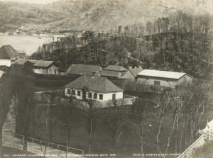 Sverresborg sett fra Bergenhus. Fotografert omkring 1870. Fotograf: Knud Knudsen. Arkivet etter Formannskapet, Bergen Byarkiv.