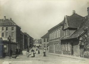Småstrandgaten omkring 1870. Fotograf: Knud Knudsen. Arkivet etter Bergen formannskap, Bergen Byarkiv.