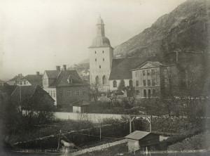 Domkirken med Bergens Kathedralskole, Kong Oscars gate 36, til høye. Foto fra 1860-70 tallet. Fotograf: Knud Knudsen. Arkivet etter Formannskapet, Bergen Byarkiv.