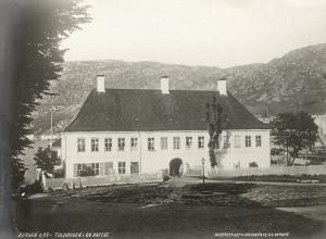 Tollkammerbygningen fotografert på 1860-tallet. Fotograf: Knud Knudsen. Arkivet etter Bergen formannskap, Bergen Byarkiv.