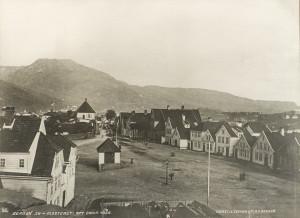 Klosteret rundt 1865. Fotograf: Knud Knudsen. Arkivet etter Bergen Formannskap, Bergen Byarkiv.