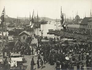Fisketorget i Bergen på slutten av 1800-tallet. Fotograf: Knud Knudsen Arkivet etter Formannskapet, Bergen Byarkiv.