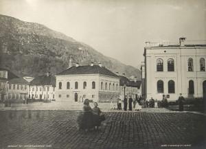 Vågsallmenningen fotografert i 1865. Bygningen til høyre er Bergen Børs før ombygningen, og bygningen sentralt i bildet er Norges Banks filial i Bergen.<br />Fotograf: Knud Knudsen.<br />Arkivet etter Formannskapet, Bergen Byarkiv.