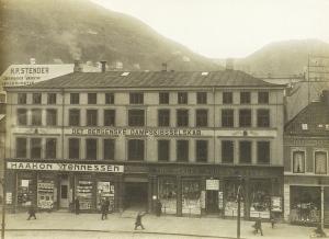 Bergenske Dampskipsselskaps administrasjon holdt til på Torgallmenning 8. fra 1897 til 1913. Fotograf: Knud Knudsen Arkivet etter Bergen formannskap, Bergen Byarkiv.