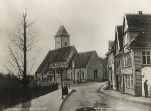 """Øvregaten og Mariakirken, eller """"Tyskekirken"""" (som den ble kalt tidligere) omkring 1870. Fotograf: Knud Knudsen. Arkivet etter formannskapet, Bergen Byarkiv."""