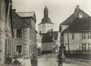 Kong Oscars gate omkring 1870.  Domkirken i bakgrunnen. Fotograf: Knud Knudsen. Arkivet etter Formannskapet, Bergen Byarkiv.