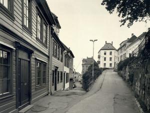I enden av Langeveien. Gaten til venstre er Steikjellerbakken, gaten til høyre er Nedre Blekeveien.