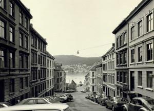 Vestre Holbergsallmenningen fotografert rundt 1980. Den strekker seg fra Klosteret til Nøstegaten/Verftsgaten.<br />Fotograf: Øyvind H. Berger. Fotoregistrering av Bergen, Bergen Byarkiv.