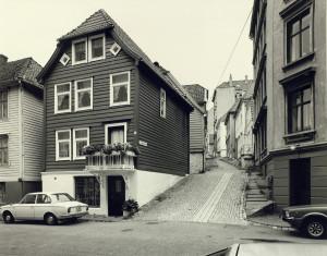 Strangebakken ble oppkalt etter rådmann Strange Jørgenssøn (1539-1610) i 1946. Fotografert omkring 1980.Fotograf: Øyvind H. Berger. Fotoregistrering av Bergen, Bergen Byarkiv.