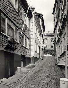 Knøsesmauet mot Klostergaten fotografert rundt 1980. Fotograf: Øyvind H. Berger. Fotoregistrering av Bergen. Ø.H.Berger, Bergen Byarkiv.