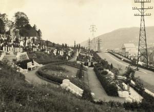 Foto fra album som dokumenterer opparbeidelsen av Solheim kirkegård. Perioden 1914-1918. Til høyre i bildet ligger Solheim sekundærstasjon. Fotograf: Ukjent. Arkivet etter Vann- og kloakkvesenet, Bergen Byarkiv.