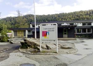 Nattland skole ble oppført i 1964. Skolen ble tegnet av arkitekt Øyvin Lien. Den ble påbygd i 1996. Fotograf: Rolf Hordnes. Seksjon informasjon, Bergen kommune.