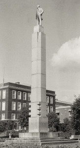 Christian Michelsen-statuen i Byparken ble avduket 17. mai 1938. Fotograf: Ukjent. Arkivet etter Morgenavisen AS, Bergen Byarkiv.